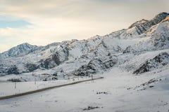 阿尔泰山,路,冬天 免版税库存照片
