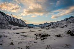 阿尔泰山,路,冬天 免版税图库摄影