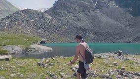阿尔泰, Akem,俄罗斯2018年:人游人去有背包和玻璃的湖 游人在阿尔泰Beluha 上升 影视素材