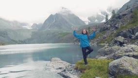 阿尔泰, Kucherla,俄罗斯:做瑜伽的女孩 背景舞蹈印第安白人妇女年轻人 莲花4k慢动作 股票录像