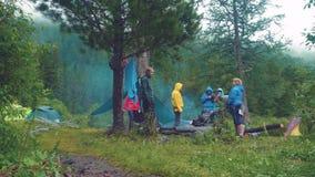 阿尔泰, Kucherla,俄罗斯- 2018年6月, 20日:游人在上升阿尔泰森林里 冒险和冒险旅游业 影视素材