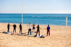 阿尔特阿,西班牙- 2018年3月9日:做在海滩的活跃人民锻炼在阿尔特阿,西班牙 库存图片