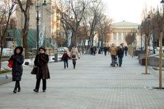 阿尔玛蒂,哈萨克斯坦,阿尔玛蒂 早期的冬时,人步行 路人 免版税图库摄影