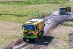 阿尔玛蒂,哈萨克斯坦- 2016年7月16日:卡车交通沿机组高原的在SILK-WAY集会期间 库存图片