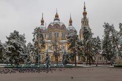 阿尔玛蒂,哈萨克斯坦- 2014年10月28日:在上生正统大教堂的鸽子 库存图片