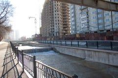阿尔玛蒂,哈萨克斯坦 18/12/2014 建筑多层, mu 免版税库存图片