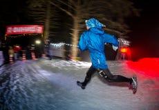 阿尔玛蒂,哈萨克斯坦- 2017年2月18日:在市的山麓小丘的夜竞争阿尔玛蒂, Trailrunning的 图库摄影