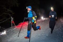 阿尔玛蒂,哈萨克斯坦- 2017年2月18日:在市的山麓小丘的夜竞争阿尔玛蒂, Trailrunning的 免版税库存照片