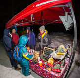 阿尔玛蒂,哈萨克斯坦- 2017年2月18日:在市的山麓小丘的夜竞争阿尔玛蒂, Trailrunning的 免版税库存图片