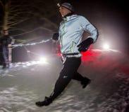 阿尔玛蒂,哈萨克斯坦- 2017年2月18日:在市的山麓小丘的夜竞争阿尔玛蒂, Trailrunning的 库存图片