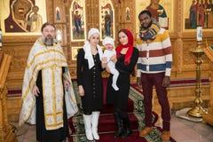 阿尔玛蒂,哈萨克斯坦- 12月17 :2013年12月17日的洗礼仪式仪式在阿尔玛蒂,哈萨克斯坦。庆祝洗礼的家庭  免版税库存图片