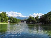 阿尔玛蒂-湖在城市公园 免版税库存照片
