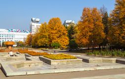 阿尔玛蒂-金黄秋天在城市 库存图片