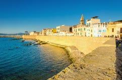 阿尔盖罗和16世纪Aragonese加冠城市墙壁,撒丁岛,意大利 库存图片