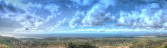 阿尔盖罗海岸线全景在一多云秋天天 库存图片