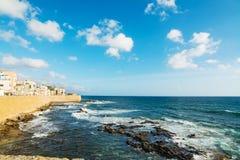 阿尔盖罗海岸线在一个晴天 库存照片