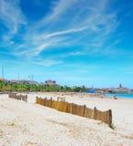 阿尔盖罗海岸线在与云彩的蓝天下 免版税库存照片