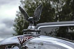 阿尔维斯汽车公司的优美的敞篷装饰品在帽子的  库存照片