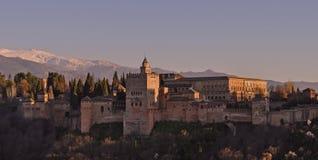 阿尔罕布拉堡垒日落在西班牙的格拉纳达 库存图片