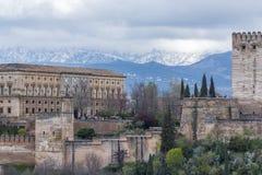 阿尔罕布拉宫和白色内华达山 免版税图库摄影