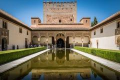 阿尔罕布拉宫宫殿庭院水池在格拉纳达,安大路西亚,西班牙 库存图片
