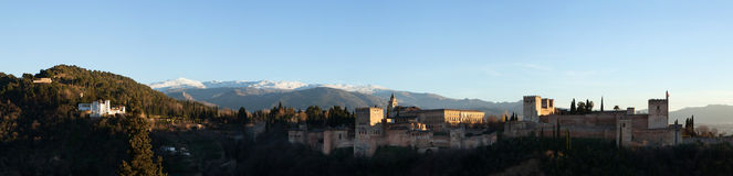 阿尔罕布拉宫宫殿的全景在格拉纳达,安大路西亚,西班牙 免版税库存照片