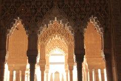 阿尔罕布拉宫柱子和弧  免版税图库摄影