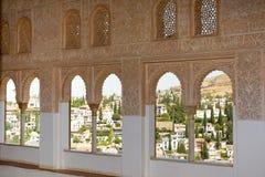 阿尔罕布拉宫雕刻了有窗口的墙壁 免版税库存照片