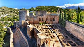 阿尔罕布拉宫Alcazaba城堡耸立废墟格拉纳达安大路西亚西班牙 库存照片