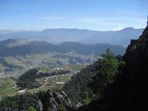 阿尔莫隆加火山谷和路看法从塞罗la穆埃拉在克萨尔特南戈,危地马拉5 免版税库存图片