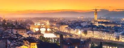 阿尔诺河和大教堂在日落佛罗伦萨,意大利 免版税库存照片