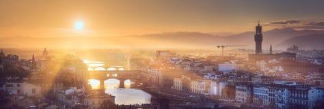 阿尔诺河和桥梁在日落佛罗伦萨,意大利 库存照片