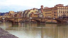 阿尔诺河的看法从堤防的在佛罗伦萨, Ponte的Vecchio 影视素材