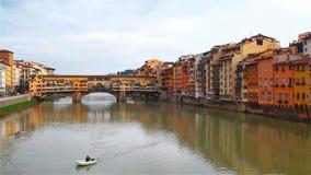 阿尔诺河的看法从堤防的在佛罗伦萨, Ponte的Vecchio 股票视频