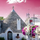 阿尔贝罗贝洛典型的Trullo有玫瑰色天空背景 库存图片
