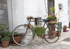 阿尔贝罗贝洛装饰老自行车和Trulli大厦,联合国科教文组织世界遗产名录站点 库存照片