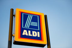 阿尔迪食品批发市场Ashton下面Lyne,曼彻斯特,英国 库存照片