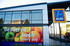 阿尔迪食品批发市场Ashton下面Lyne,曼彻斯特,英国 免版税库存图片