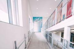 阿尔迪从购物的停车场的购物中心走道 免版税图库摄影