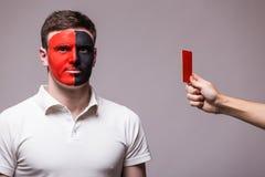 阿尔巴尼亚国家队阿尔巴尼亚足球迷得到红牌 免版税库存图片