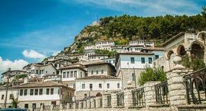 2016年阿尔巴尼亚培拉特-一千个窗口城市,镇beautifull视图小山的在很多树和蓝天之间 图库摄影