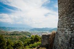 2016年阿尔巴尼亚培拉特-一千个窗口城市,镇beautifull视图小山的在很多树和蓝天之间 免版税库存照片