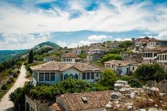 2016年阿尔巴尼亚培拉特-一千个窗口城市,镇beautifull视图小山的在很多树和蓝天之间 库存图片