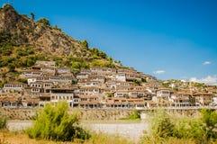 2016年阿尔巴尼亚培拉特-一千个窗口城市,镇beautifull视图小山的在很多树和蓝天之间 免版税库存图片