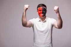 阿尔巴尼亚足球迷的胜利,愉快和目标尖叫情感在阿尔巴尼亚国家队比赛支持的在灰色背景的 免版税库存图片