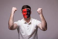 阿尔巴尼亚足球迷的胜利,愉快和目标尖叫情感在阿尔巴尼亚国家队比赛支持的在灰色背景的 库存照片