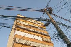 阿尔巴尼亚,地拉纳,被卷入的电信导线 库存图片