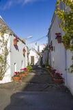 阿尔贝罗贝洛狭窄的街道  免版税库存图片