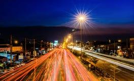阿尤特拉利夫雷斯泰国4月19日:在Jedee路的交通堵塞在4月19,2015的Wat Yaichaimongko附近在阿尤特拉利夫雷斯,泰国 库存照片