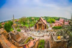 阿尤特拉利夫雷斯,泰国, 2018年2月, 08日:与走在Wat Chaiwatthanaram的未认出的人民的美好的风景 免版税库存图片